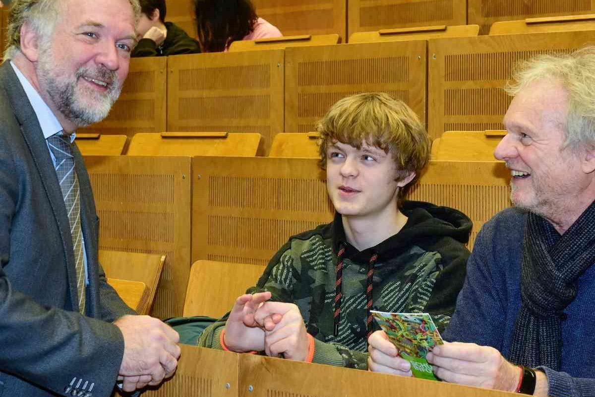Dozent, Schüler und Vater im Hörsaal.